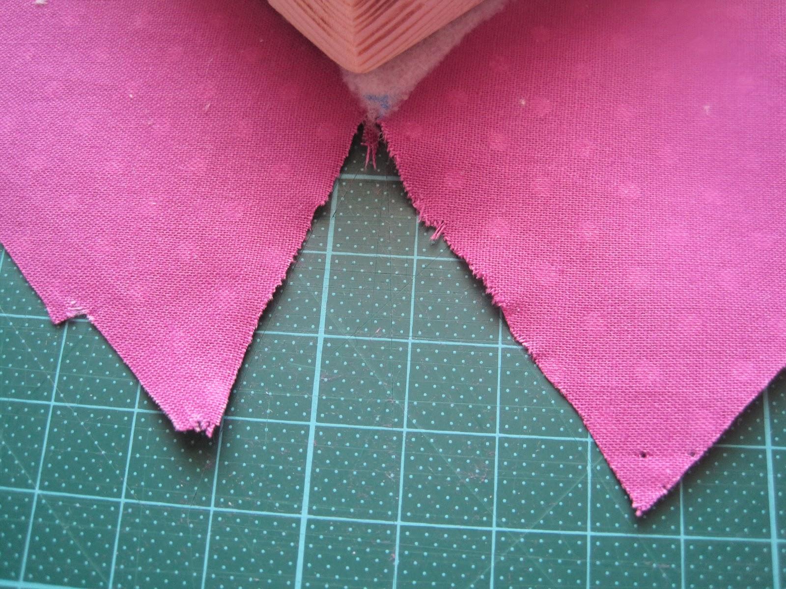 An der spitze des herzens habe ich ein dreieck ausgeschnitten wieder für das falten des stoffes später