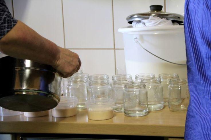 Abfuellen von Joghurt